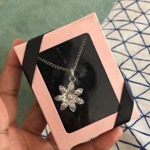 SALE‼️ NWT FLOWER NECKLACE